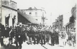 1938 rok - Orkiestra OSP Brzeziny na pochodzie (ulica Świętej Anny)